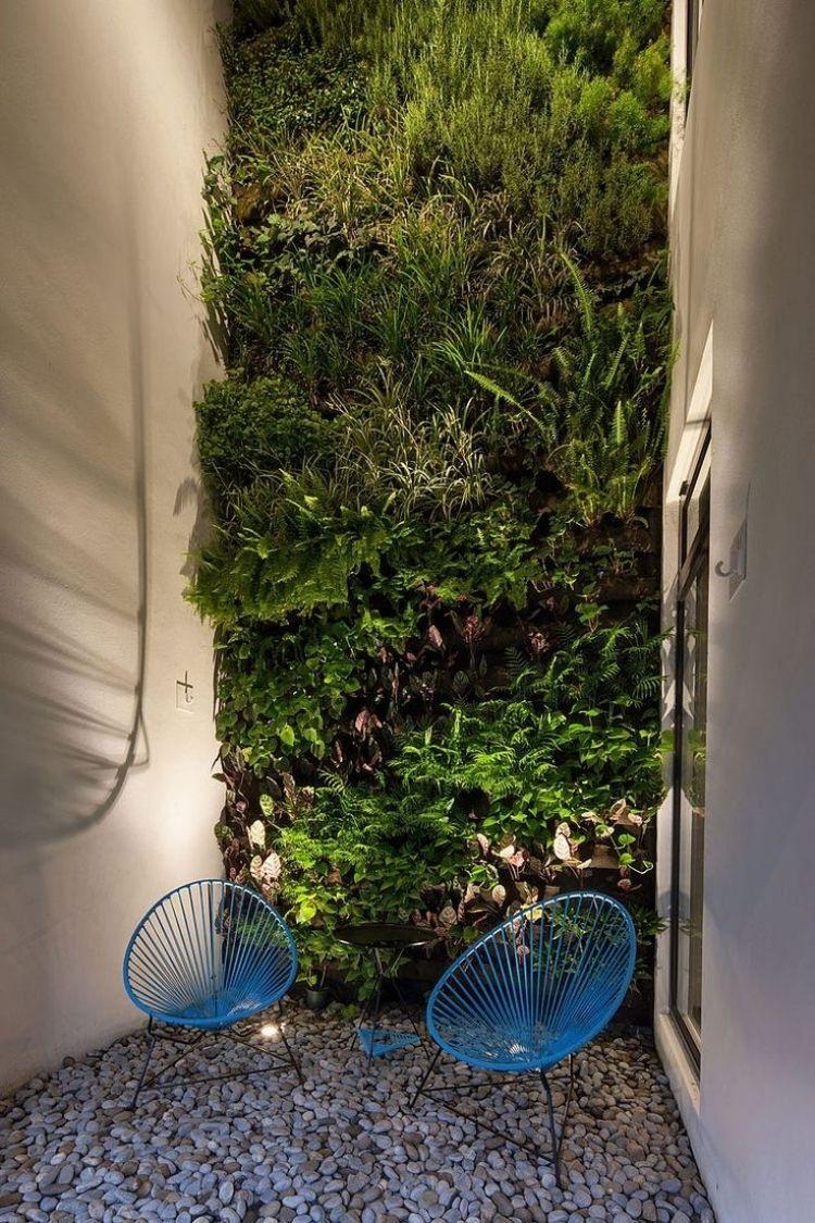 Vertikaler Garten Innengarten Modern Betonwaende Sessel Kies  Flusssteine Bodenbelag Fenster Beleuchtung
