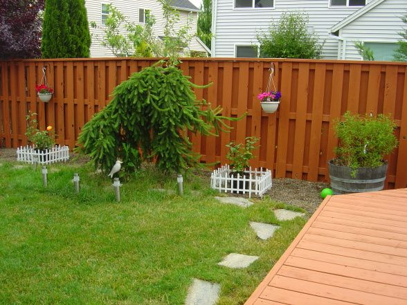 Backyard fence paint ideas outdoor furniture design and for Small fenced in patio ideas