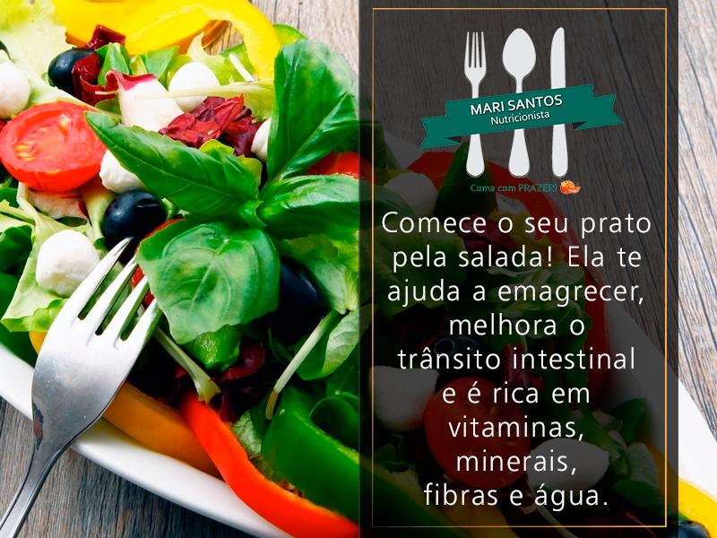 Muita gente desconhece os benefícios de um bom prato de salada. Se consumida antes e muito bem mastigada, ajuda você a manter a sua boa forma e a sua #saúde. Mas não exagere nos óleos!