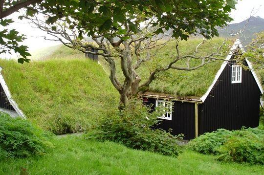 maison noire toit de tourbe kvivik iles feroe danemark toiture v g tale excellent. Black Bedroom Furniture Sets. Home Design Ideas