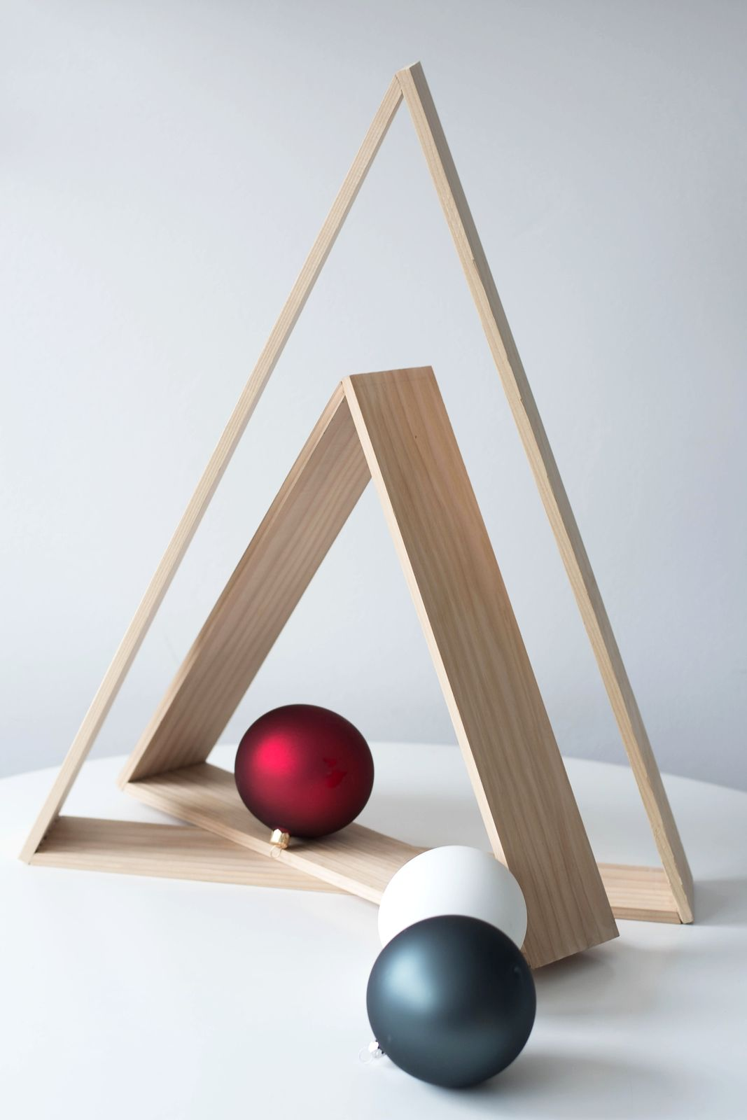 erste weihnachtsdeko ein diy weihnachtsbaum f r minimalisten bastelideen weihnachtsbaum. Black Bedroom Furniture Sets. Home Design Ideas