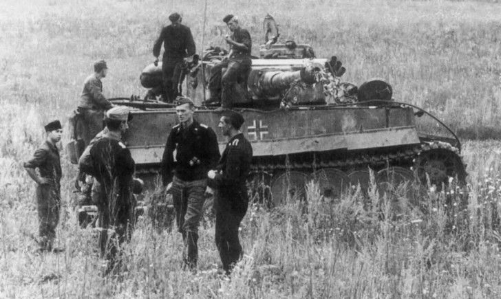 """German tank crew at rest and PzKpfw VI """"Tiger» Ausf E heavy tank number 123 of 1 Company, 502 heavy tank battalion. Soviet Russia, in July 1943, before the operation """"Citadel"""" (Battle of Kursk). Author: Paul Wolff.  http://albumwar2.com/german-tank-crews-and-tiger-heavy-tank/"""