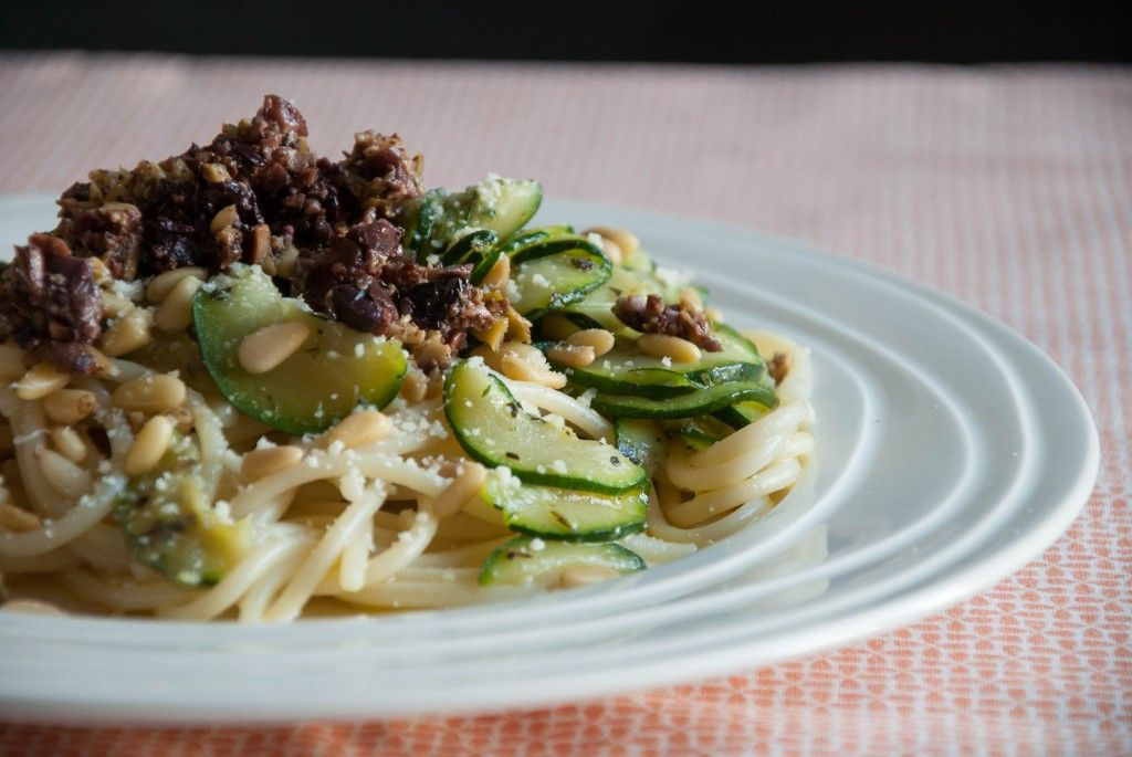 Vegetarian pasta ideas: pasta with olives and zucchini | myfoodblog.nl