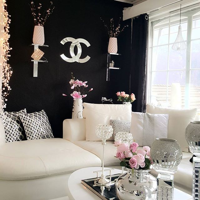 Noen gamle hyller fikk nytt liv med litt speilfolie, og vipps så passet de perfekt inn 🌸🍃🌸😘 Gjenbruk 👍  #finahem #shabbyyhomes #dream_interiors #hem_inspiration #classyinteriors #interiorstyled #interior123 #interior125 #interior9508 #wonderfulrooms #interior4you1 #eleganceroom #4decoration #__homedesign__ #interior4all #passion4interior #morelovelyinterior  #inspire_me_home_decor #roominteriorr #kava_interior #4decoration #pretty_home #classyinteriors #charminghomes #eleganceroom…