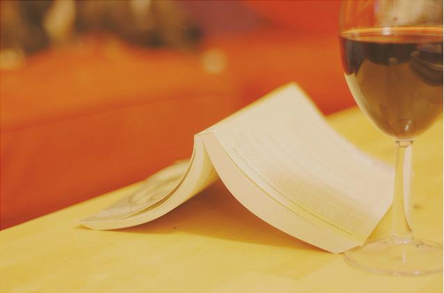 Resultado de imagem para Um bom livro e um bom vinho são melhores do que muita gente