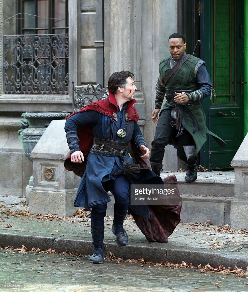 ニュース写真 : Benedict Cumberbatch and Chiwetel Ejiofor filming...
