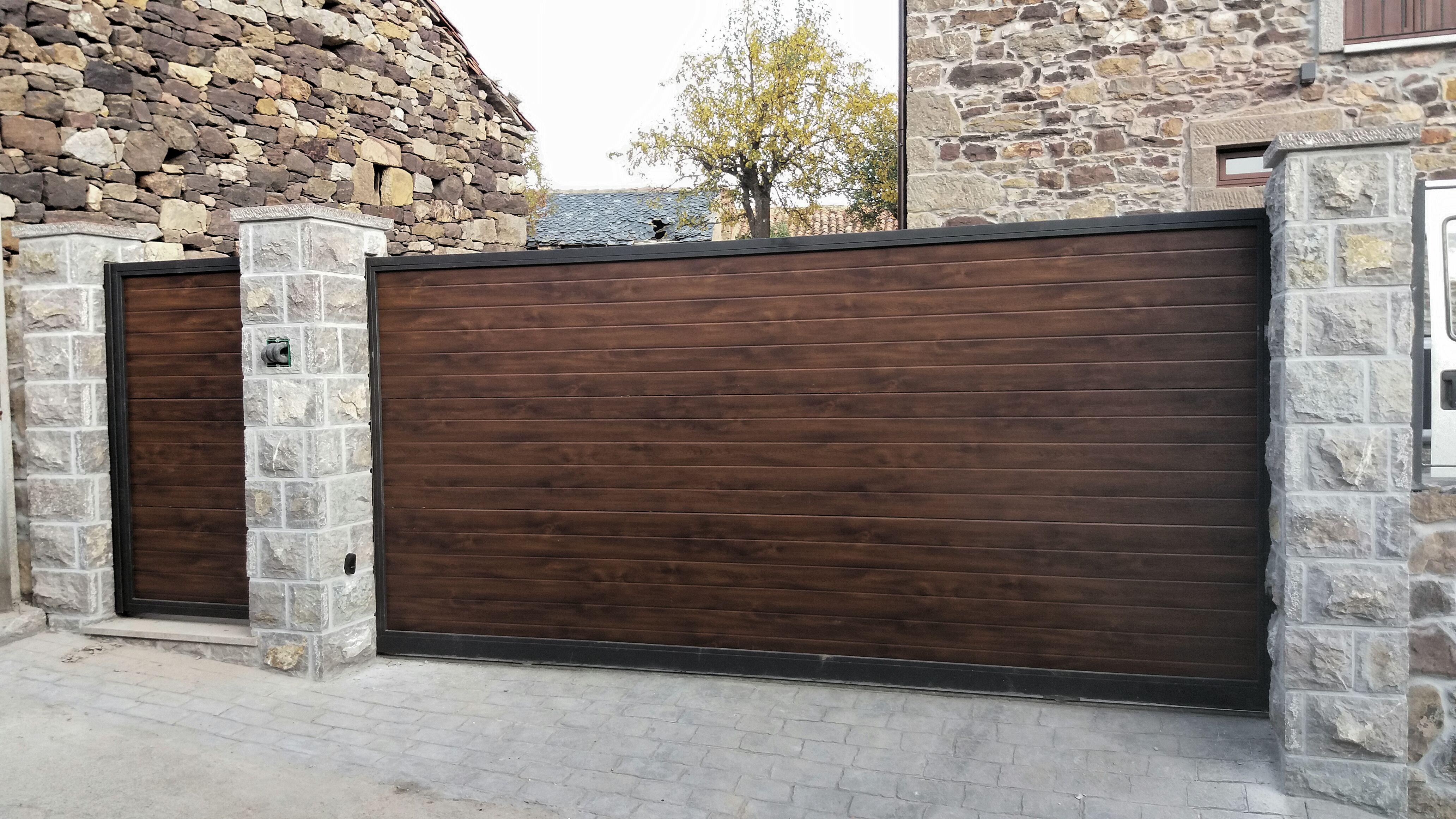 Puerta peatonal y port n de corredera acabado madera for Puertas de madera para casas de campo