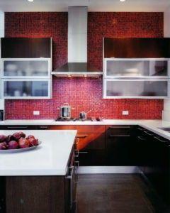 Die Exquisiten Fliesen In Der Küche Wand Ergänzen Die Rookwood Rote Farbe  Des Cabinetry.