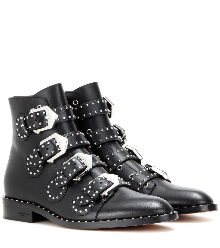 d31df8d46a9a Givenchy - Bottines en cuir clouté - Givenchy présente des bottines aux  accents baroques et gothiques. Confectionnées en cuir noir, elles se  ferment à ...