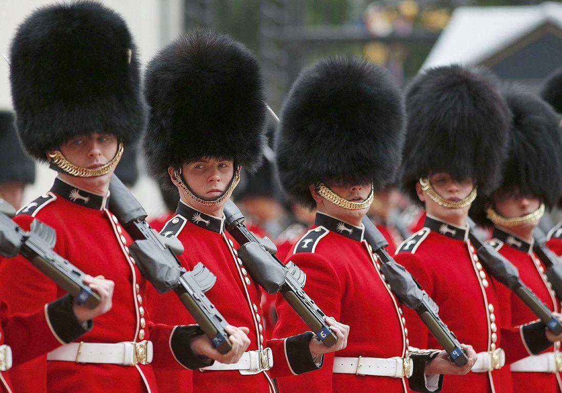 Un Garde Royal Pousse Une Touriste Sur Son Chemin Royal Touriste Tele Realite