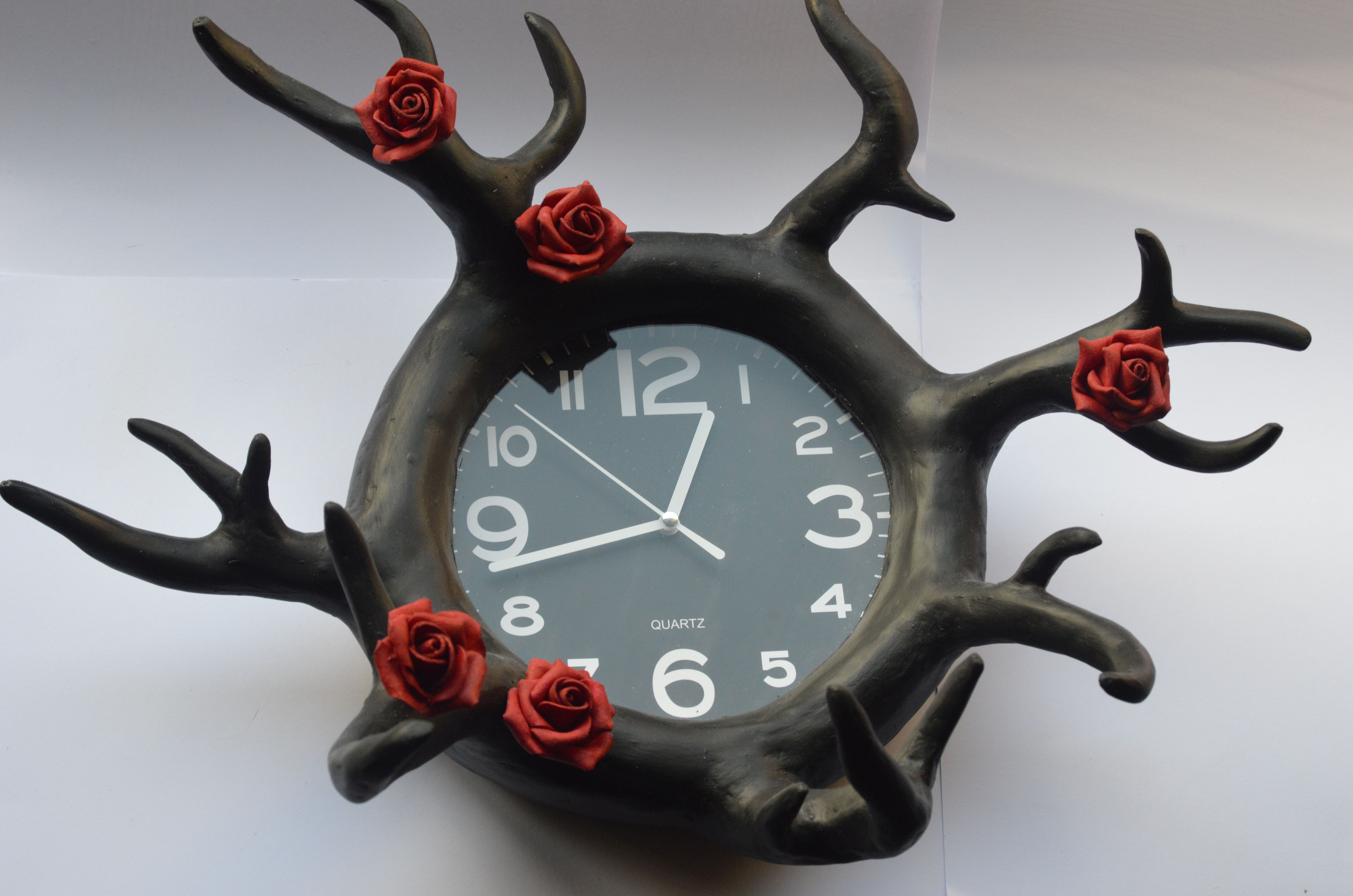zwarte papier maché klok  , black paper  maché clock   made by VermiljoenRood