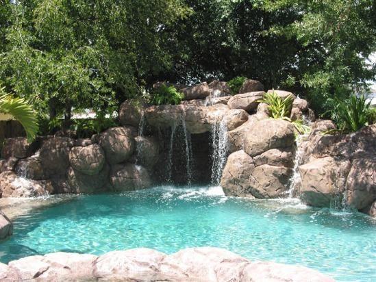 Fotos de piscinas con cascadas fotos presupuesto e for Disenos de cascadas para piscinas