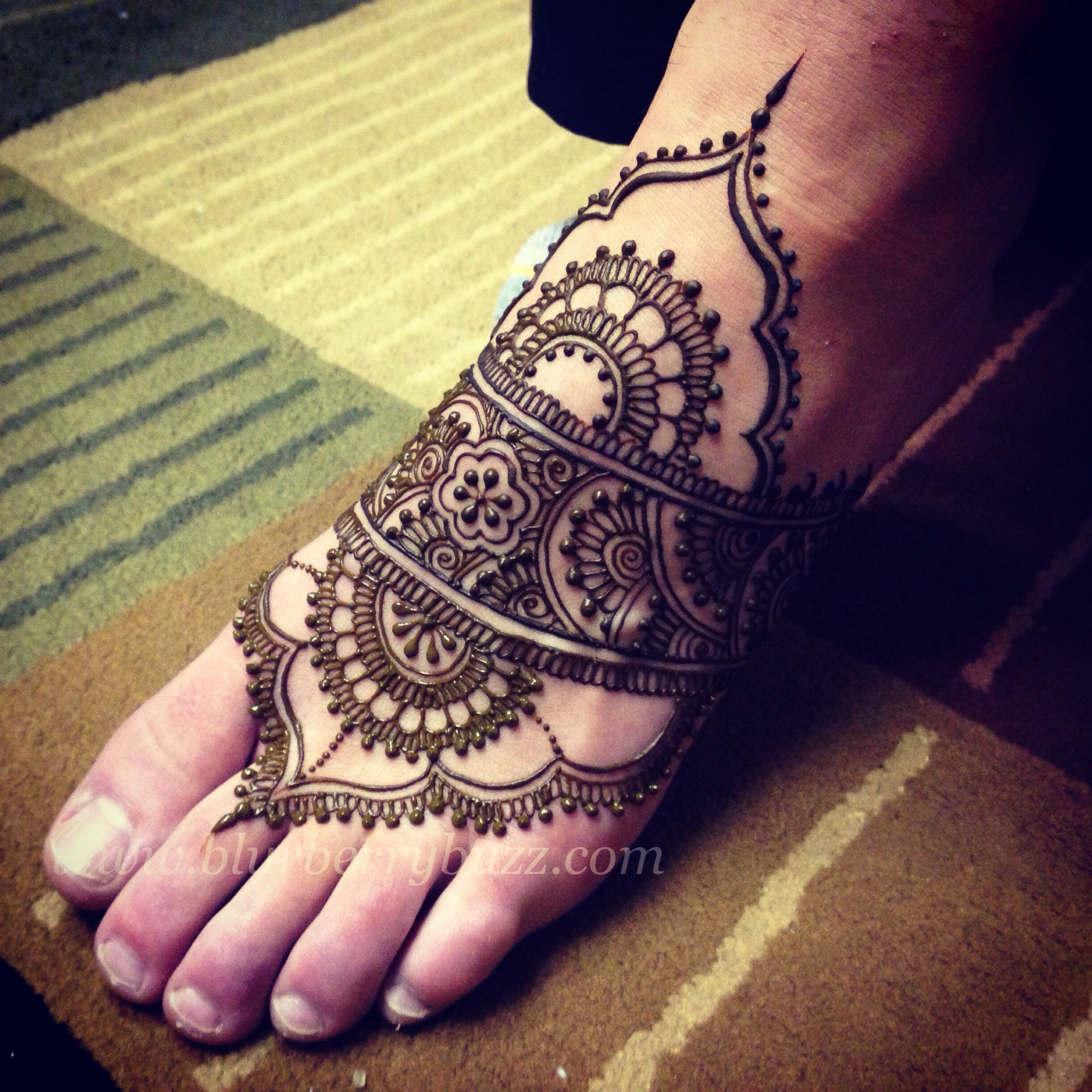 Mehndi Ankle : Modern foot design henna paste on blurberrybuzz