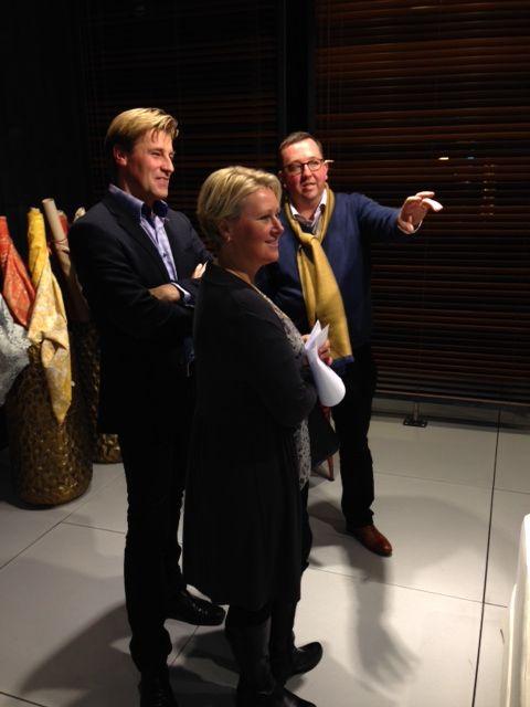 Patrick Ponseele samen met zijn klanten! Heel mooie ingerichte stand in Kortrijk.