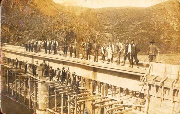 """""""Puente construído para una presa en el rio Águeda (Ciudad Rodrigo), 1943""""."""