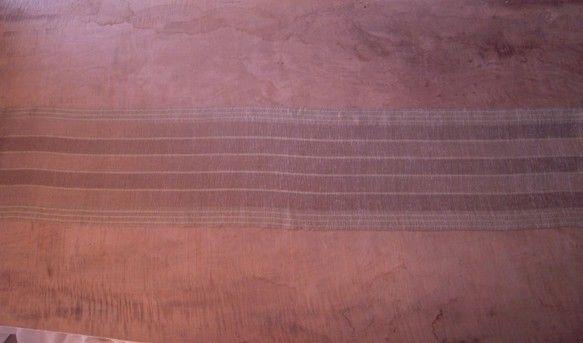 上質の絹糸を山桜の紅葉・小鮒草・烏龍茶などでぼかし染めにして、よこ糸に天蚕の繭(写真右)を紡いだ糸も入れて、高機で平織りに織り上げました。薄くて肌触りがよくと...|ハンドメイド、手作り、手仕事品の通販・販売・購入ならCreema。