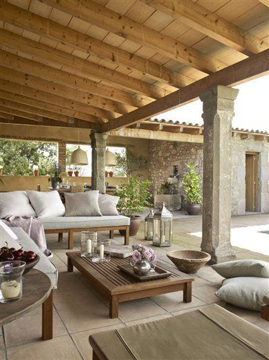 un porche distribuido en l y con piscina terrasses jardins et pergola rustique. Black Bedroom Furniture Sets. Home Design Ideas