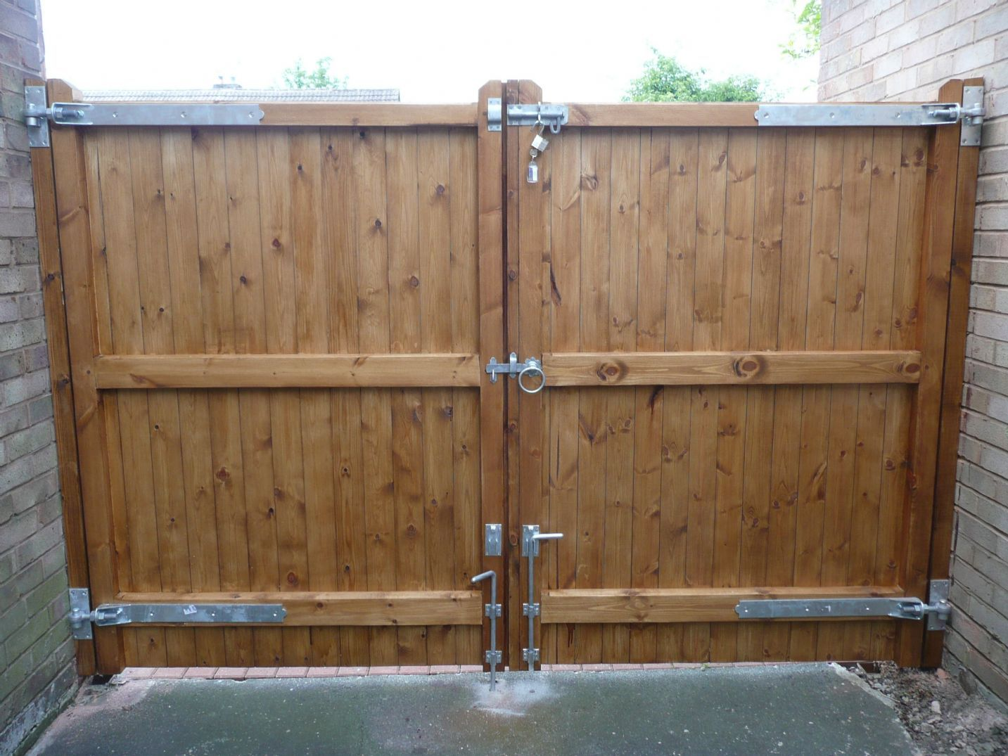 Excellent how to make wooden driveway gates 12 driveway for Driveway gate designs wood