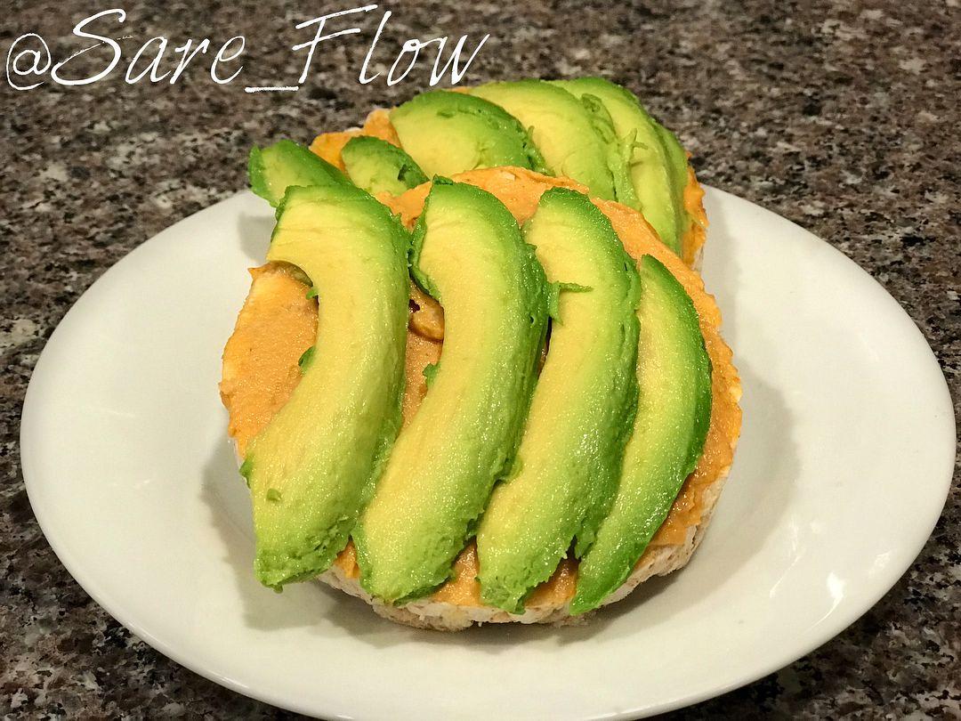 Avocado hummus on white cheddar rice cakes the