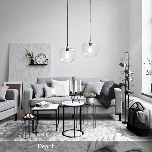 Ein Wohnzimmer in hellem Grau mit schwarzen Akzenten. Schöne