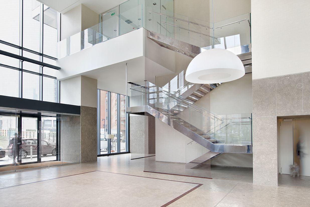 Fontanot nella hall del bosco verticale con una scala in acciaio inox gradini in marmo e - Scale per appartamenti ...