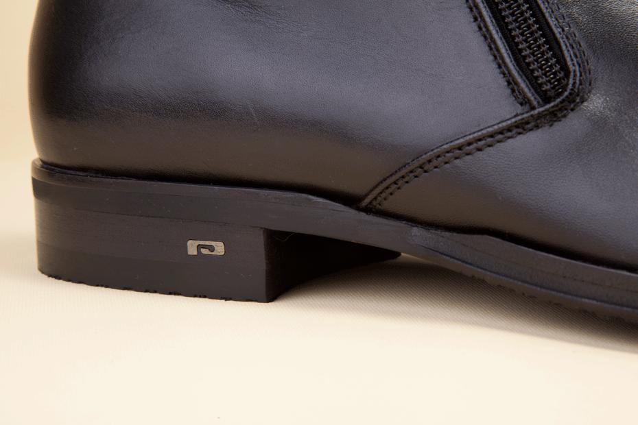 The comfortable warm coco lining hugs the foot; the rubber sole lends flexibility and agility. - La straordinaria eleganza della calzatura è impreziosita dalla chiusura con doppia zip e dal logo metallico applicato sul tacco.