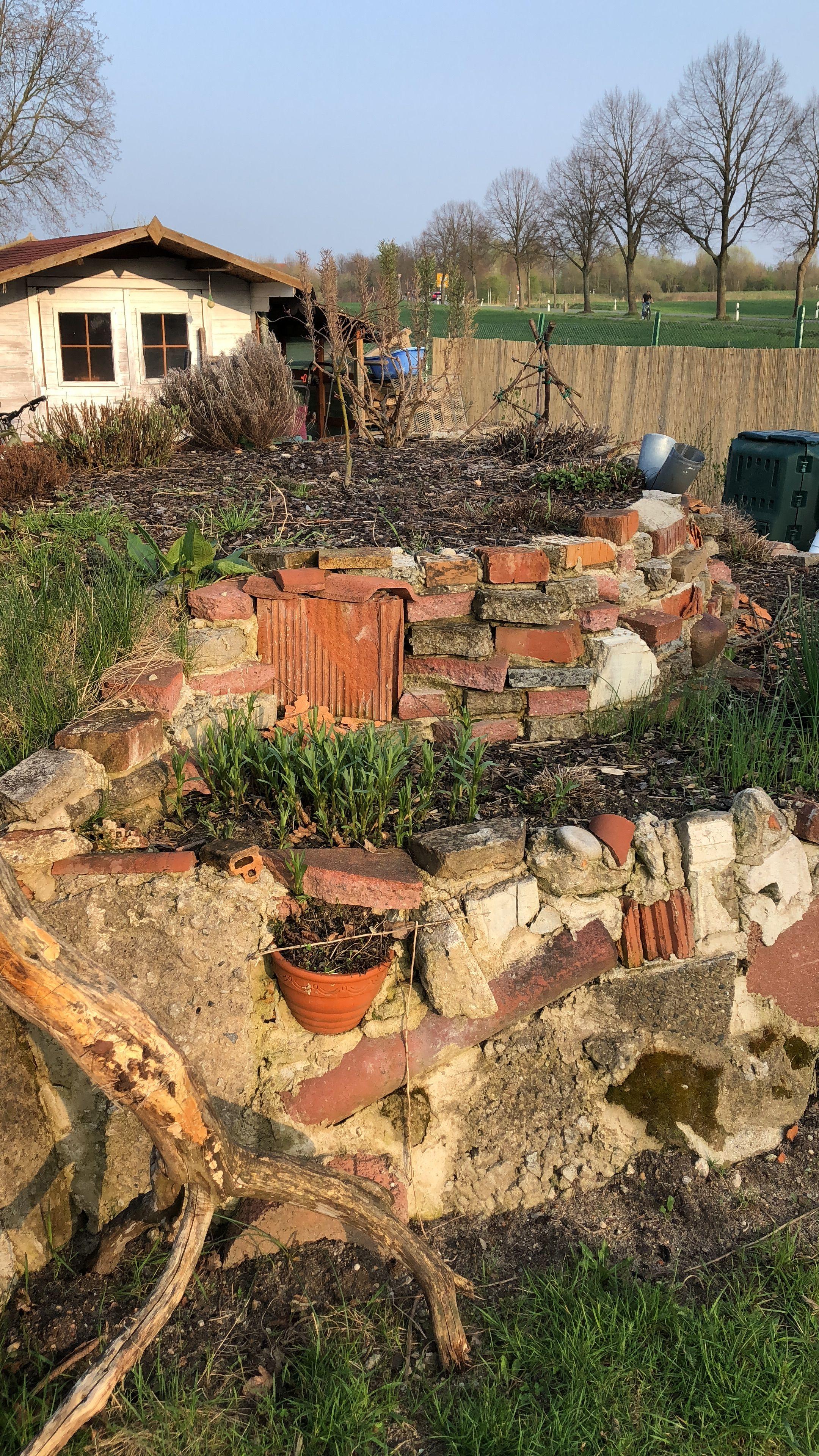 Krauterhugel Aus Bauschutt Recycling Von Vorhandenen Materialien Bauschutt Gartengestaltung Garten