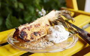 Grillet ananas med yoghurt-is Grillet ananas er rigtig godt til dessert. Varm ananas, ristet kokos og svalende is med kardemomme!