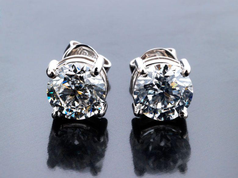 Gewicht: ca. 2 g. WG 750. Es liegen Diamantgutachten von IGI Nr. F6B17927 und Nr. F6B37147 vom Juli und August 2011 vor. Die Nummern sind jeweils in den...