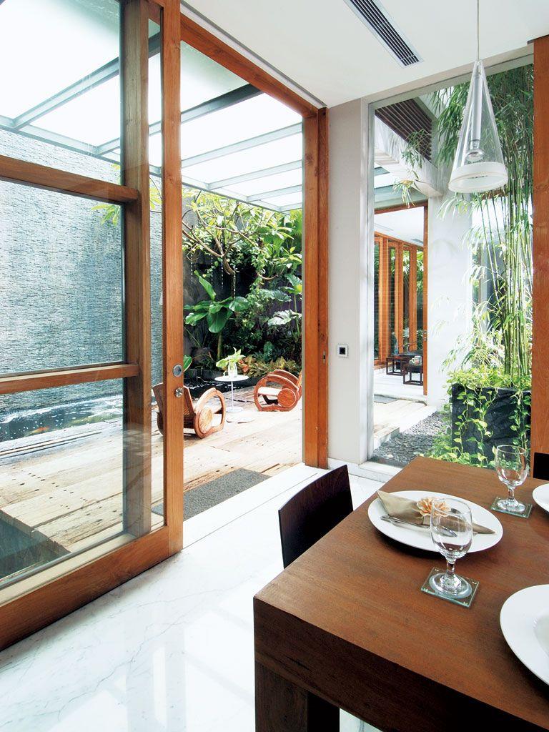 teras belakang rumah berada di dekat ruang makan. area teras ini