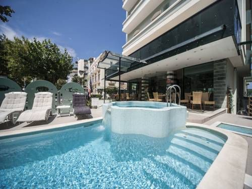 Hotel Levante Rimini Hotel Levante, open all year around, lies directly on the sea front and has an attractive garden overlooking the most famous portion of the Riviera Romagnola promenade.