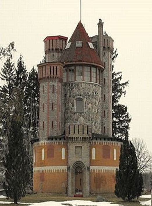 Silo home built like a castle castles and towers for Barn and silo playhouse