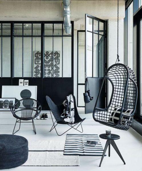 chaise en rotin suspendue noire verrière industrielle