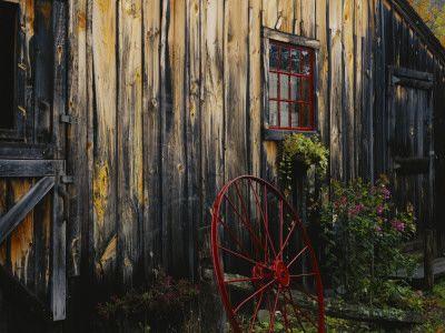 Wheel Besides Barn Dekoration