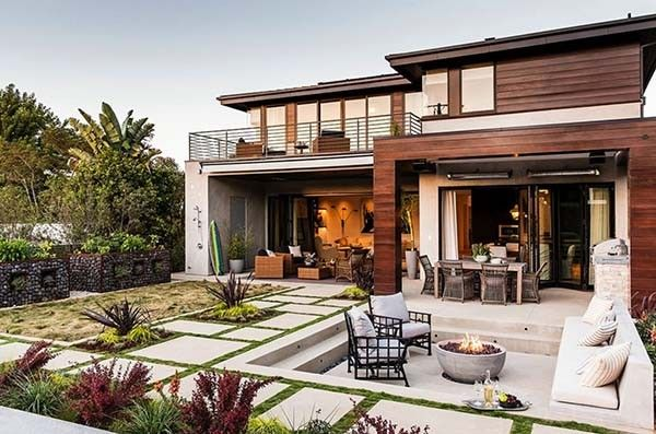 Modern Beach Style Reinvented In A Manhattan Beach House Modern Beach House Beach House Interior Classic House