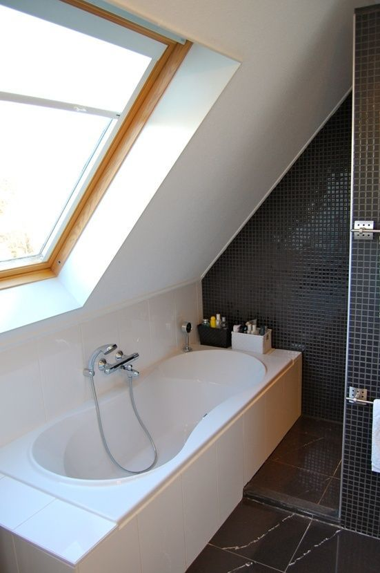 Kleine badkamer schuin dak badkamer pinterest attic attic bathroom and lofts - Voorbeeld deco badkamer ...
