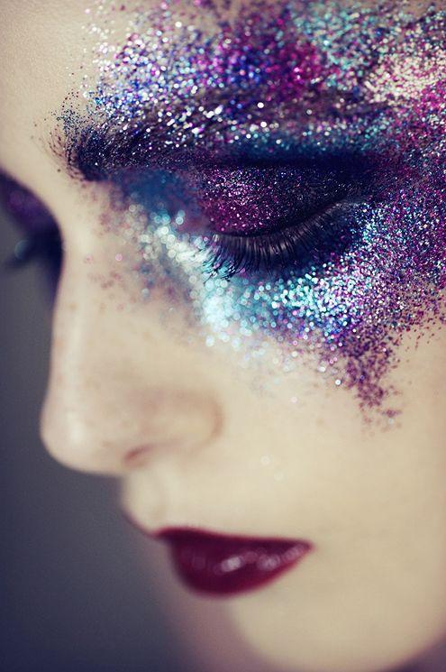 Idee Make Up: Glitzer um die Augen, dunkle Lippen. Farben ähnlich