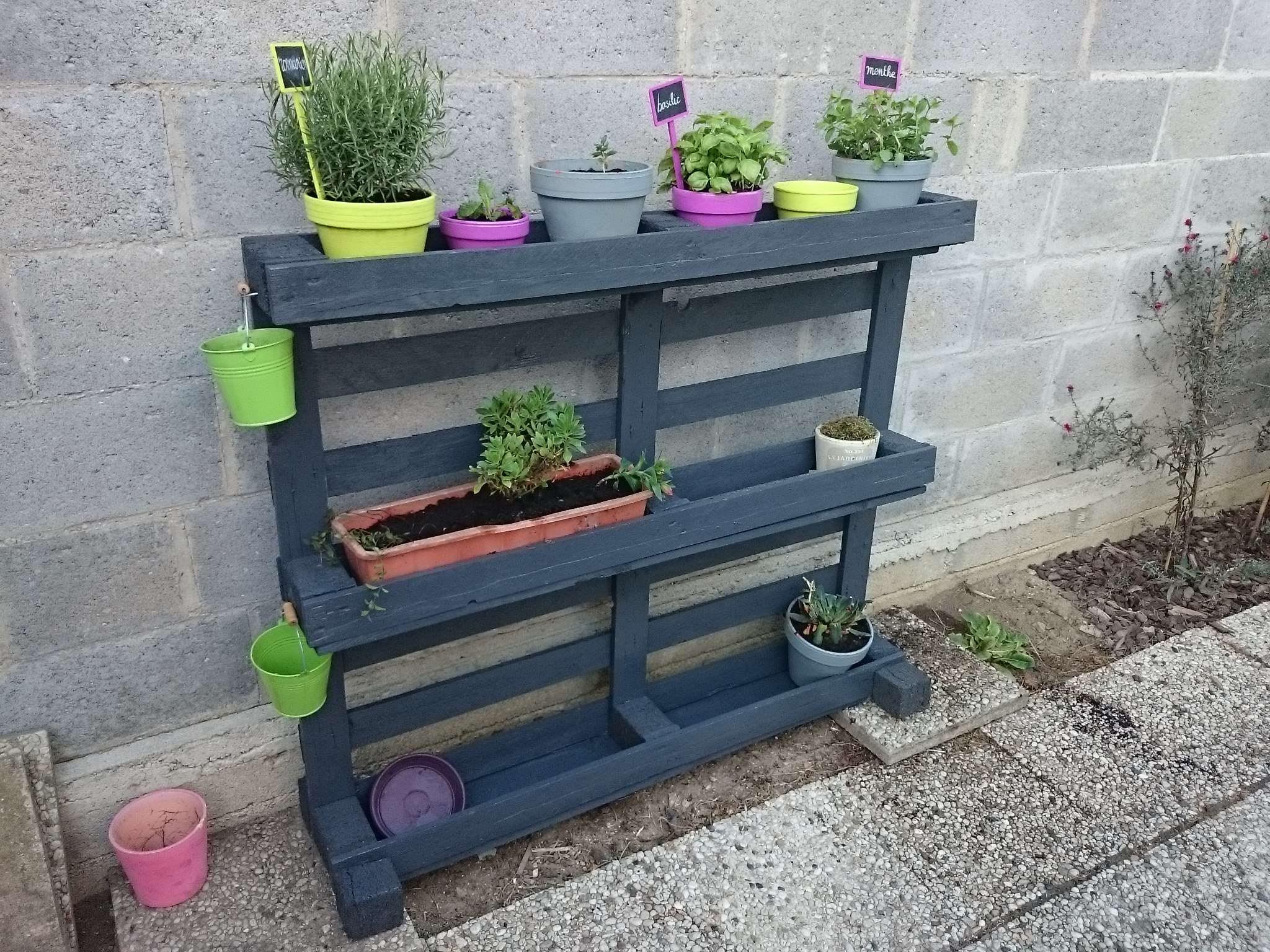 tag re pots de fleurs pallet planter shelf meubles. Black Bedroom Furniture Sets. Home Design Ideas