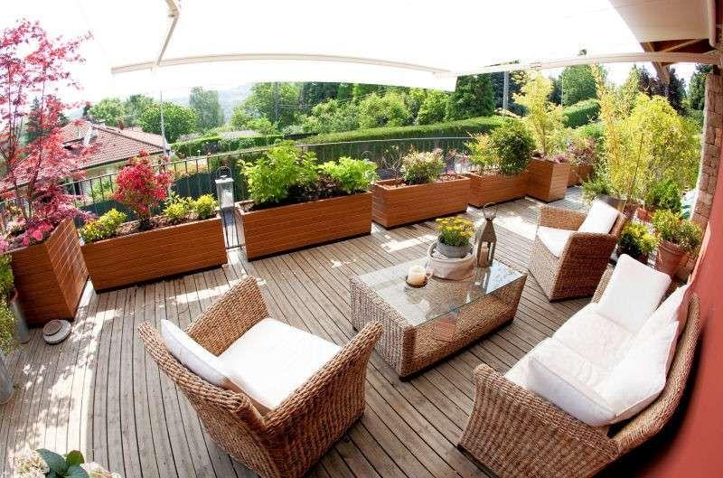 Abbellire un terrazzo - Terrazzo con grandi vasi e piante | Terrazzo ...