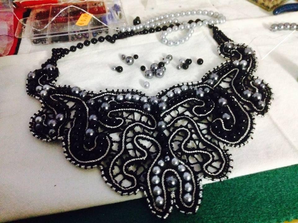 collar de perlas y encaje