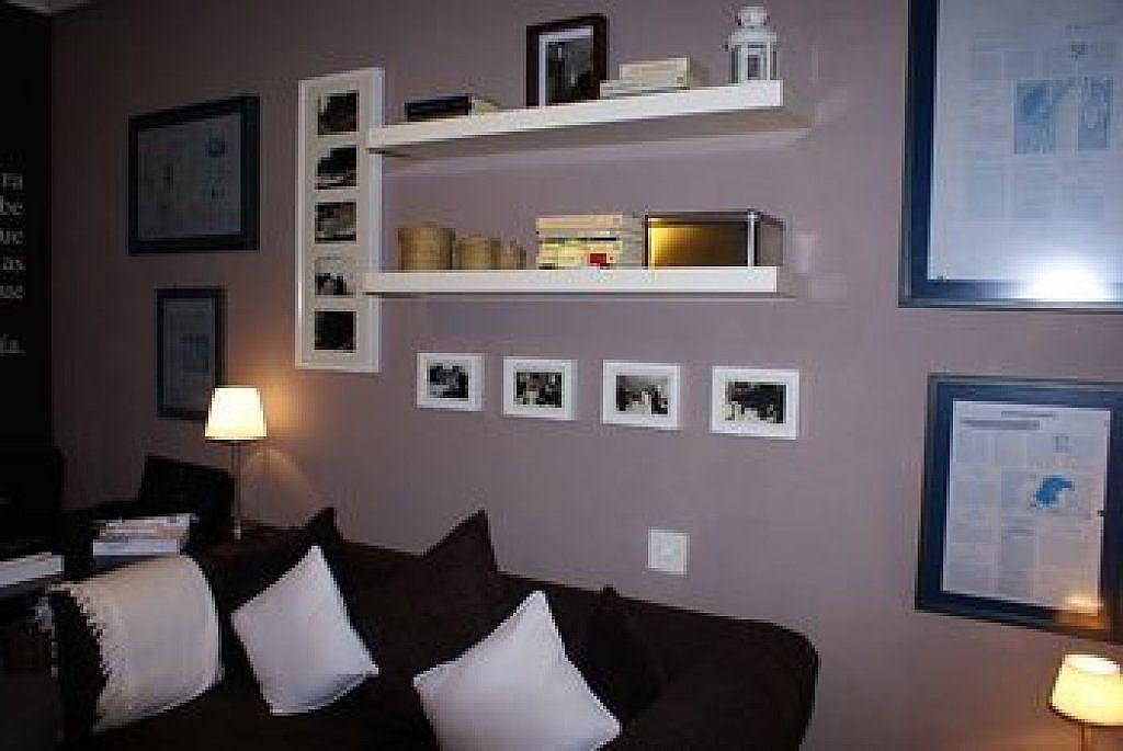 Estanterias en el salon composicion de fotos marcos - Composicion salon ikea ...