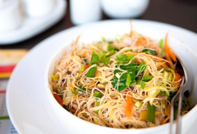 How To Make Easy Gluten Free Vegan Thai Fried Noodles Recipe Rice Noodle Recipes Rice Noodles Herb Sauce Recipe