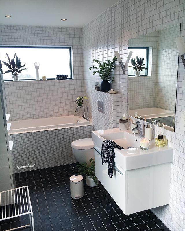 Good morning ✔️ White simplicity ☀️ Details from @modenafliser #gofollow  Utrolig masse lekre ting fra blomus til badet, lys fra Lacrosse  lukter kjempegodt✔️ Ha en super lørdag #bathroominspo #modenafliser