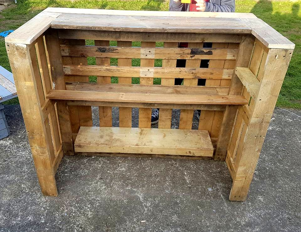 Pallet bar table chairs pallets bar and wooden pallets for Table exterieur palette