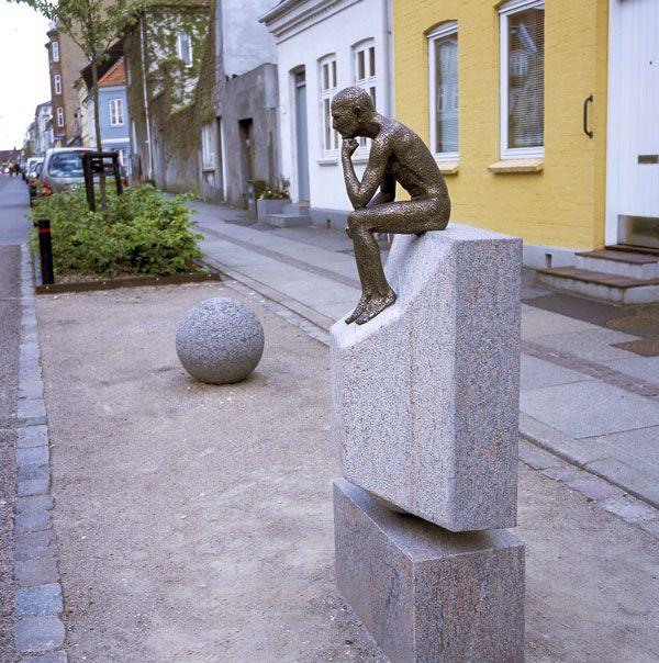 Homo Sedens - Det siddende menneske -  Skulptur sidefra