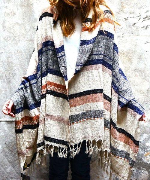 Poncho . Prenda clásica del gaucho argentino, que con el tiempo se popularizó no sólo en nuestro país, sino en varias partes del mundo.