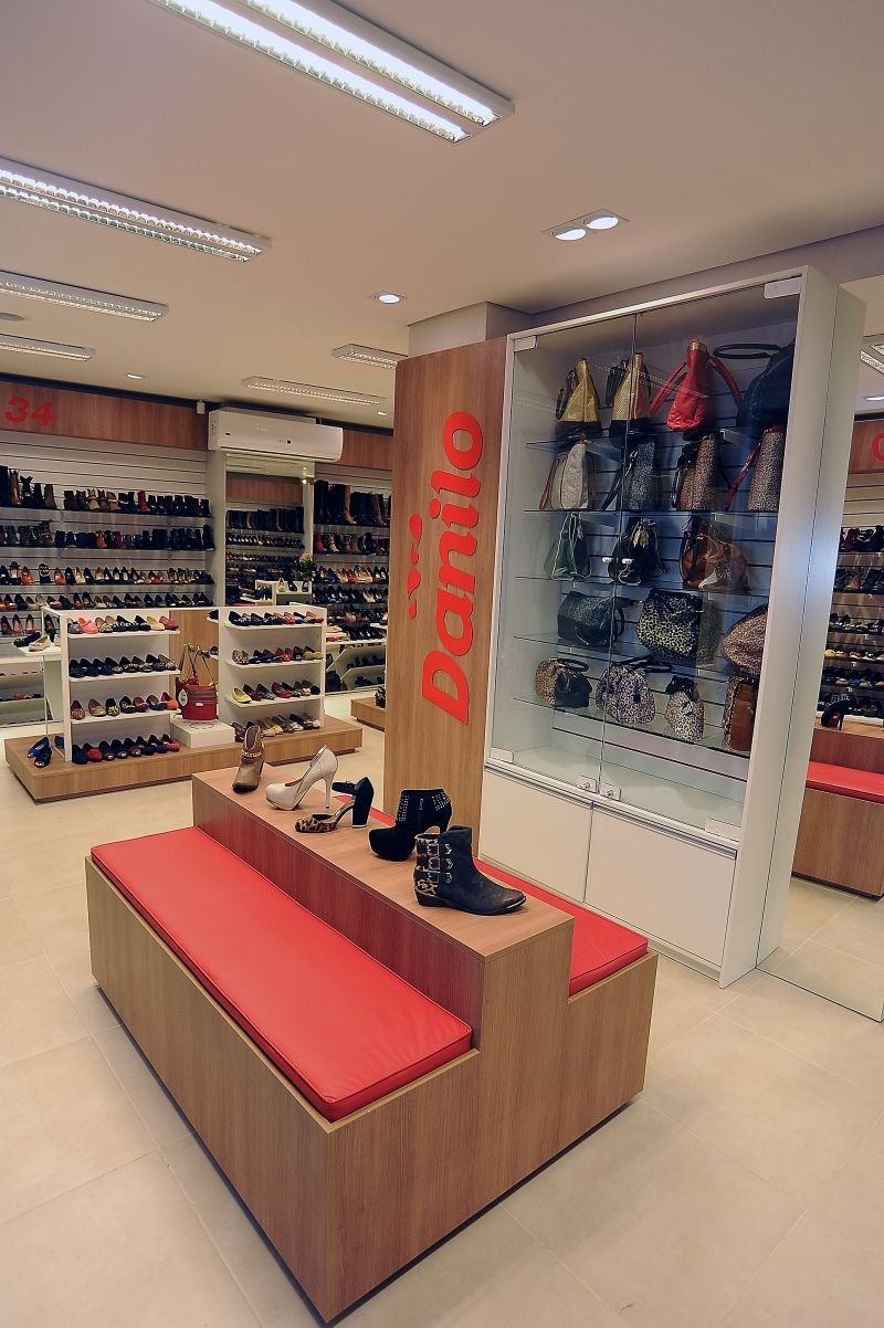 d892c0f3247eb9 Loja de sapatos com expositores femininos separado por tamanho. As bolsas e  assessorias ganharam mais destaque com o expositor de central.