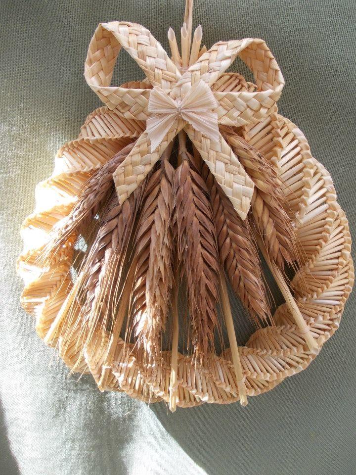 Pin By Izabella Szuromi On Slama Supolie Straw Weaving Corn Dolly Straw Art