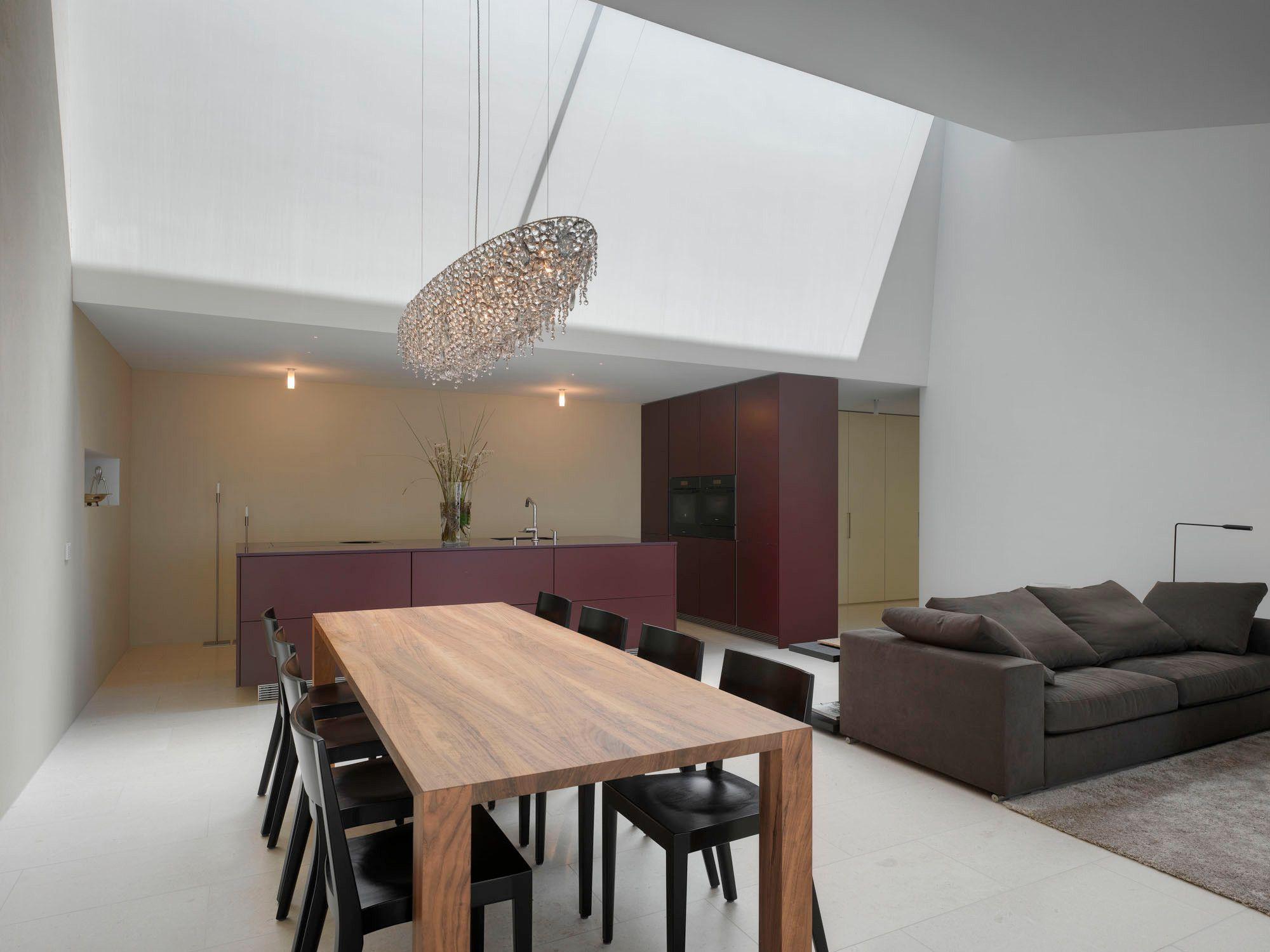 Edles Wohnzimmer mit offener Designerküche- dachschräge- hoher raum ...