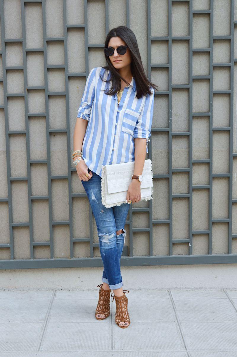 Chemise à rayures bleues claires et blanches / Jean destroy avec ourlet / Escarpins peep toes en daim marron à découpes / Large pochette blanche